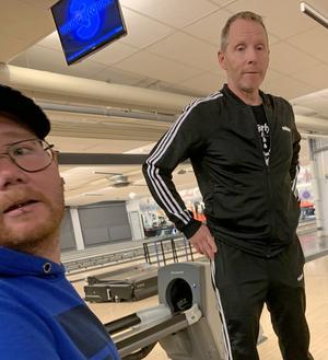 Marcus Roos, Daniellas nuvarande man, och Mikael Hanes, Linas pappa, när familjen är ute och spelar bowling tillsammans. Alla är lika förtvivlade och chockade över det som hände 16-åriga Lina i fredags.