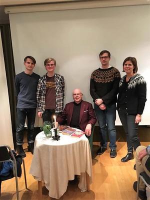 Uppläsaren Gösta Gustafsson, flankerad av Oliwer Thomas, Ville Karppinen-Ågren, Leo Strand och Elisabet Engström från Höga Kusten teoretiska gymnasium.