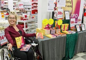 I flera timmar satt hon i butiken och skrev personliga hälsningar till den som ville. Tre böcker är släppta och den fjärde är planerad att släppas i mitten av februari nästa år.