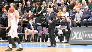Köpingcoachen Panagiotis Nikolaidis var inte glad åt sitt lag. Här ser vi honom i första perioden.