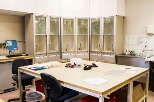 I laboratoriet testas kondomer varje arbetsdag.
