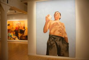 I utställningen finns också exempel från Aldin Popajas serie om vardagshjältar. Det är första gången de visas tillsammans.