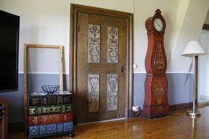 Om Anneli fick bestämma skulle hon gärna ha mer färg på väggarna. Nu får hon nöja sig med färggranna möbler.