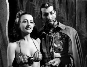 Carmen D'Antonio som  Aura och Charles Middleton som kejsare min i seriefilmen