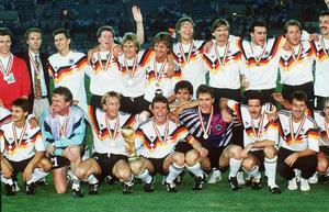 Både Matthäus (med bucklan) och Rudi Völler (syns precis i nedre högerkant) fanns med i Tysklands trupp som vann VM 1990.