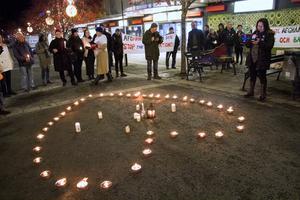 Ett åttiotal personer deltog i manifestationen i Hudiksvall  med ljuständning för asylsökande.