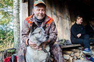Hundförare Tomas Pinni med sin jakthund, Zakke.