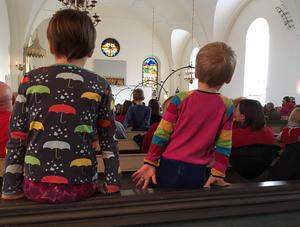När man är kort får man stå i kyrkbänken för att se vad som händer framme i koret.