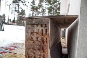 En överbliven bit av väggmaterialet isotimber används som bänk utanför bastun.