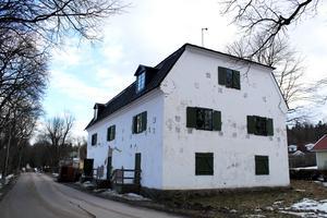 Den vita stenbyggnaden saknar det mesta som behövs i ett modernt bostadshus som värme, vatten, avlopp och kök.