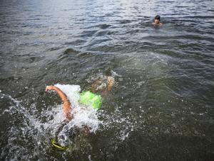 Efter att ha hoppat ner i det lite kalla vattnet simmar pojkarna så fort de kan till stegen för att komma upp i värmen på bryggan igen.  Så de kan hoppa igen.