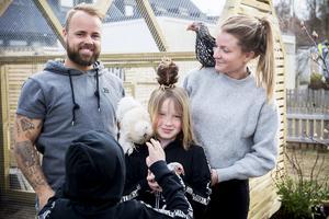 Mattias Nilsson och Lotta Svensson samt hennes barn Emil och Melker Norberg trivs med sitt nya hönshus vid radhuset i Gånsvik.