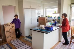 Efter intensiva och omtumlande veckor är allt äntligen på plats i Inga-Britt Granneruds nya hem på Erstagatan i Sundsvall. Systern Mariann Ljung är på besök och hjälper till.