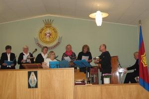 Irene tillsammans med sångarna. Foto: Max Möllerfält