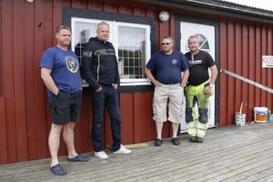 Andreas Skoglöf, Thobias Rindegren, Stefan Törnblom och Kenneth Blixt vid fönstret som slogs sönder vid det senaste inbrottet hos SMK Sala.