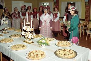 När kungaparet besökte Nynäshamns kommun 1990 stod förstås Sorundaljusstaken på bordet i församlingshemmet i Sorunda. Foto: Torbjörn Carlsson, HGbild, Nynäshamns bildarkiv