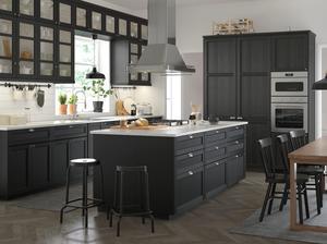 Ikea visar upp mörka träkök och olika varianter av köksöar.
