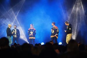 Brynäs klubbdirektör Michael Campese och kaptenerna Erika Grahm och Anton Rödin kom också upp på scenen.