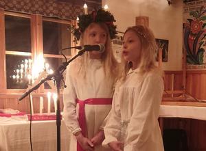 Signe och Astrid sjunger en julsång tillsammans. Foto: Iréne Joons