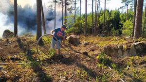 Emil Koop kunde tillsammans med några andra privatpersoner hjälpa räddningstjänsten, bland annat med att dra ut brandslang. Foto: Arvid Lillsund.