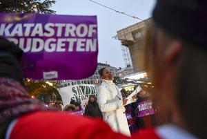 Förra Kultur- och demokratiminister Alice Bah Kuhnke talade vid manifestationen mot Moderaternas och Kristdemokraternas budget. Bilden är från 16 december  ifjol. Foto: Stina Stjernkvist / TT /