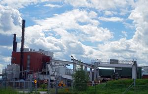 Kvarnsveds pappersbruk ska läggas ner – en ombyggnad till fängelse kan ge alla arbete igen, menar insändarskribenten.