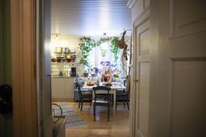 Alida Johanssons växter ramar in det stor köksfönstret som vätter mot Sittån, eller Sättån som den kallas i byn.