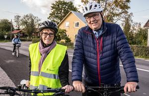 """""""Nu kan du ju sätta rubriken – Toppolitiker ute och cyklar"""" skojar moderaten Ulf Berg. Han och Cathrine Kotake från Trafikverket är nöjda med satsningen på gång- och cykelvägar."""