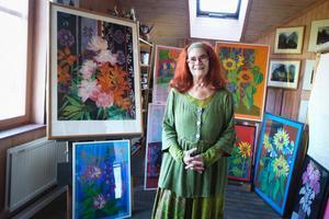 Liv Margolius ateljé är ljus och tavlorna med färgsprakande blommor trängs om den bästa platsen.