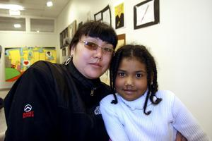 Mavliuda och Zhasmin Ibraimova har sitt ursprung i Kirgizistan, men sedan fyra månader hör mor och dotter hemma i Hällefors. Här på besök på konstutställningen.