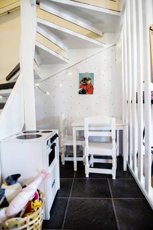 Under trappen har barnen sitt lilla krypin.