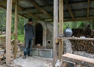 Emil Österholm har byggt keramikugnen ute i det fria, nära Bjässjön.