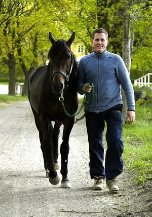 Mot nya mål. Jörgen Westholm tar en skön promenad med sin ögonsten, Super Light. En 9-årig hingst efter Super Arnie–Orient Broline som hittills sprungit in drygt 8,2 miljoner kronor till sina deägare i stall Valvet, Sundborn. Segerantalet är 28 på 104 starter, en segerprocent på fina 27 procent.