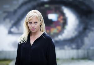 Anna Hallberg är född 1975 i Härnösand, och uppvuxen i Falun. Hon har två gånger nominerats till Nordiska rådets litteraturpris och bland priser hon fått finns De Nios Vinterpris. Foto: Caroline Andersson