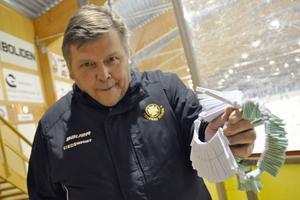 Janne Hermannson är lotteriansvarig i Långshyttans AIK och tyckte att besökarna som bjöds på inträdet kunde lägga de slantarna på att köpa 50/50-lotter i stället.