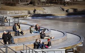 På soldäcket vid Järntorget solade både gamla och unga.