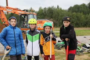 Emil Wallin, Noel Westerlund, Mille Andersson och William Olsson fanns på plats i lördags morse för att sätta det första spadtaget i en ny cykelpark.