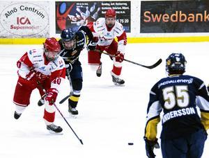Elias Pettersson fortsätter att leverera i TIK:s J18. Här syns han i en match mot Sundsvall Hockey i december.