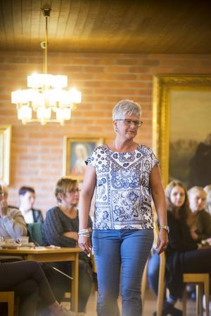 Ingrid Carlström visar upp en mönstrad topp och ett par stiliga glasögon.