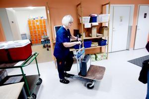 Sjukresebussen från Hälsingland kör inte bara patienter utan har även med sig en väska från Ljusdal som ska upp till röntgenavdelningen. Det är bråttom och Laila Forsberg sparkar omedelbart iväg på cykeln.
