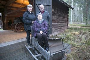 Anna-Karin Andersson till vänster, vice ordföranden Sam Larsson samt sekreteraren Marianne Jönsson  är glada över att hembygdsföreningen blivit ägare av de sju åkdonen. Bland dem denna klenod – en släde som tros vara från 1850-talet.