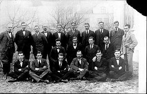 Här är ett gruppfoto från Västerberg eller möjligen Sala där Karl Gustafsson utbildade sig.