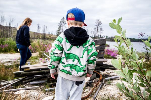 Johannas son Mille tittar ut på byggresterna.