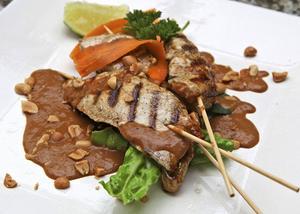 Kycklingspett med jordnötssås inleder den indonesiska måltiden.