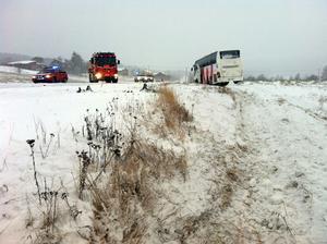En buss och två personbilar var inblandade i olyckan.