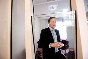 Socialchef Dan Osterling blickar in mot det nya säkerhetsrummet. Personalen skyddas av tjockt glas. Säkerhetsrummet ska användas för hotfulla personer som besöker socialtjänstens nya lokaler i Östersund.