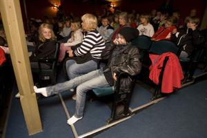 Ella Blomdahl startar föreställningen genom att svara på ett telefonsamtal sittandes i publiken.