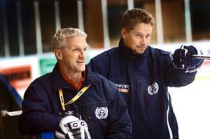 Tomas Östlund, till höger, var så klart allt annat än nöjd med sitt lags tredje period mot Motala.