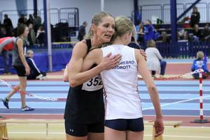 Erika Bergentz kramar om Lisa Hallmén, som blev tvåa i F17-klassens 1 000-meterslopp, efter målgång i rekordloppet.