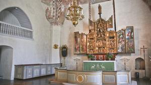 Altarskåpet i Västerlövsta kyrka är tillverkat 1520 av Jan de Molde i Antwerpen. Skåpet har på flera ställen Antwerpens stadsvapen som föreställer en hand. Det finns teorier om att dess systerskåp stått i Notre-Dame, och numera finns på nationalmuseet i Paris.